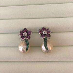 Unique pearl earrings with fushia 🌸
